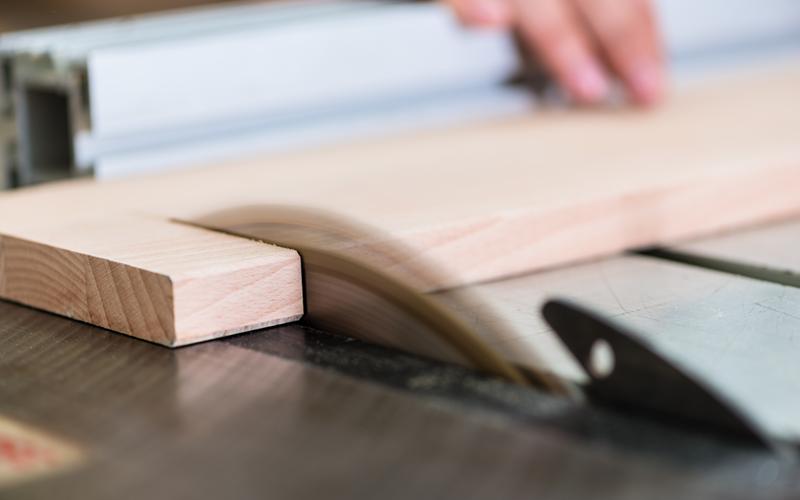 Carpinteros en Logroño realizando corte de madera
