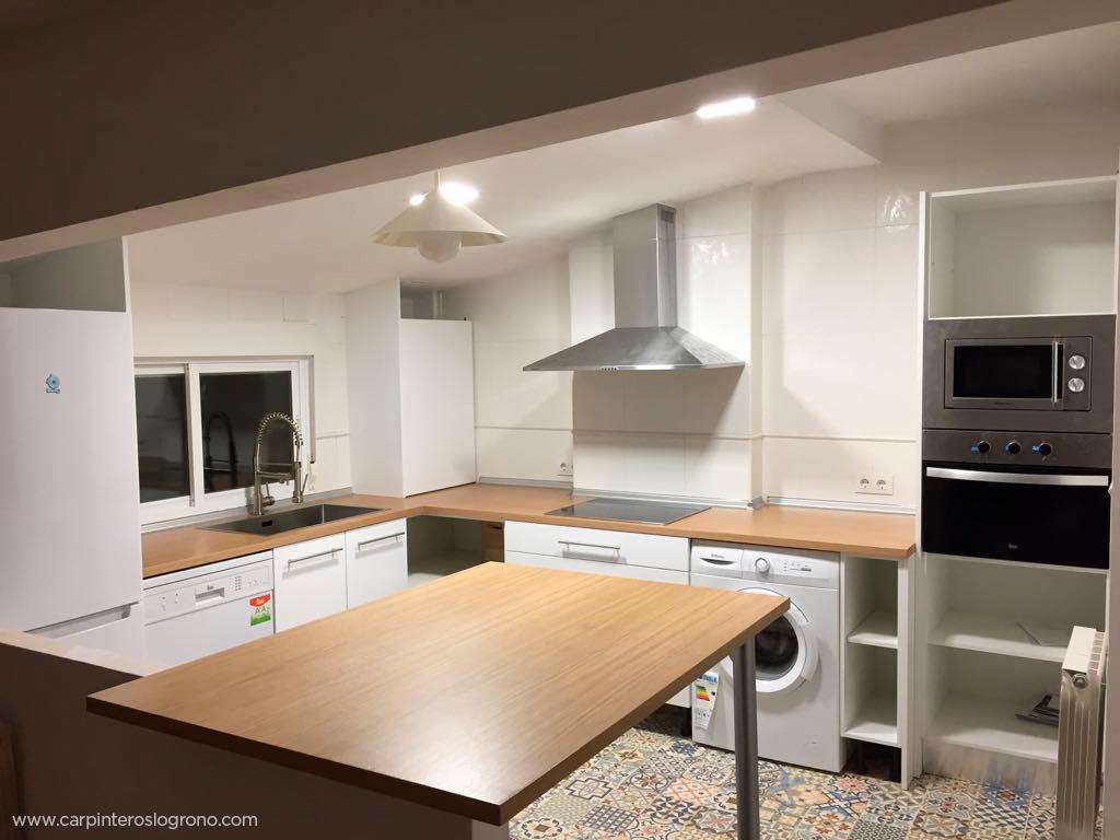 Cocina en espacio abuhardillado en La Rioja