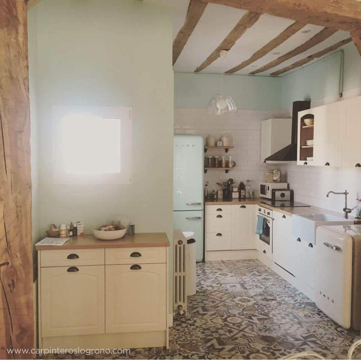 Cocina estilo retro con electrodomésticos tipo años 50 en Logroño