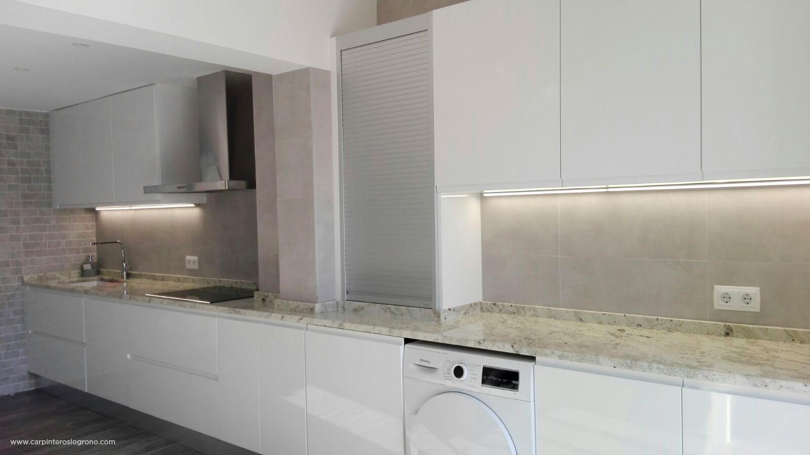 Cocina blanca a medida por Carpinteros Diseño en Madera