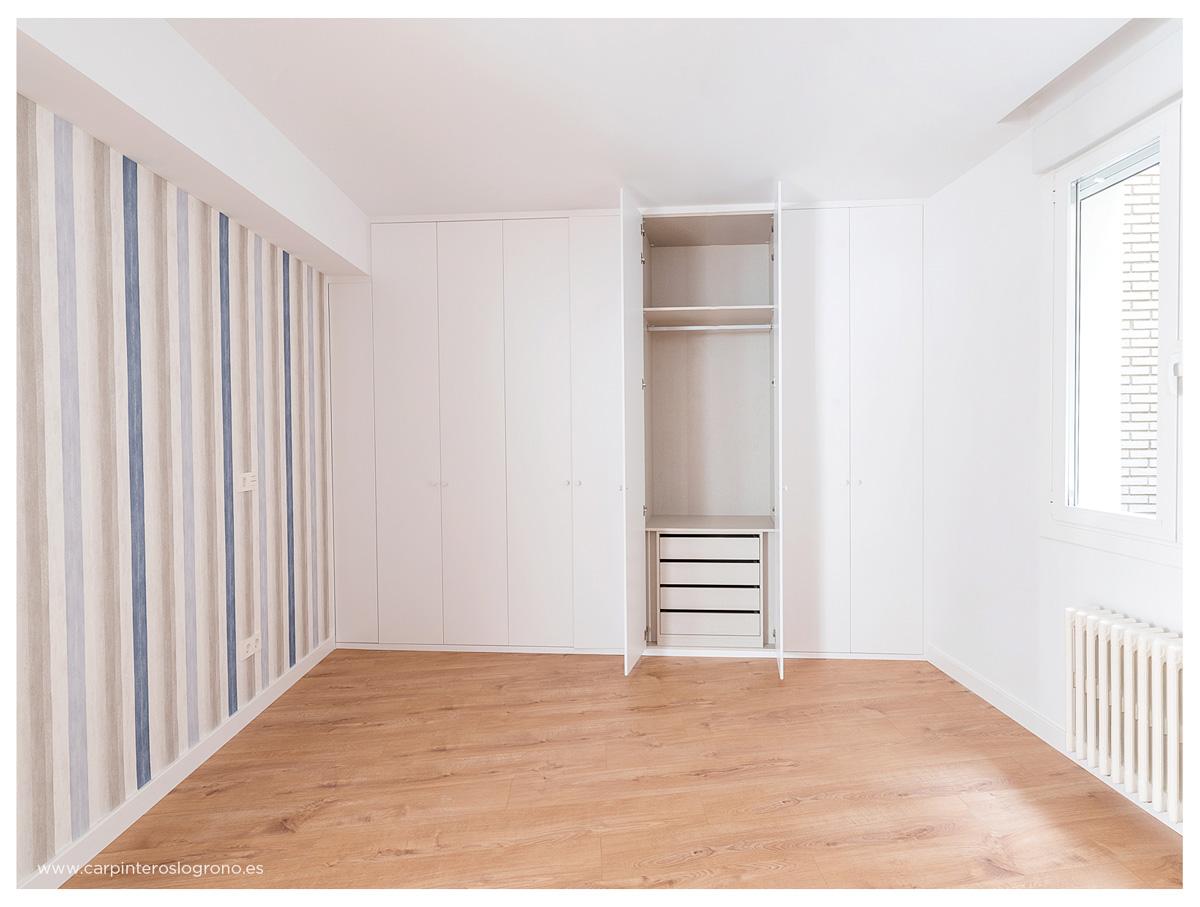 Armario de pared a pared en dormitorio infantil