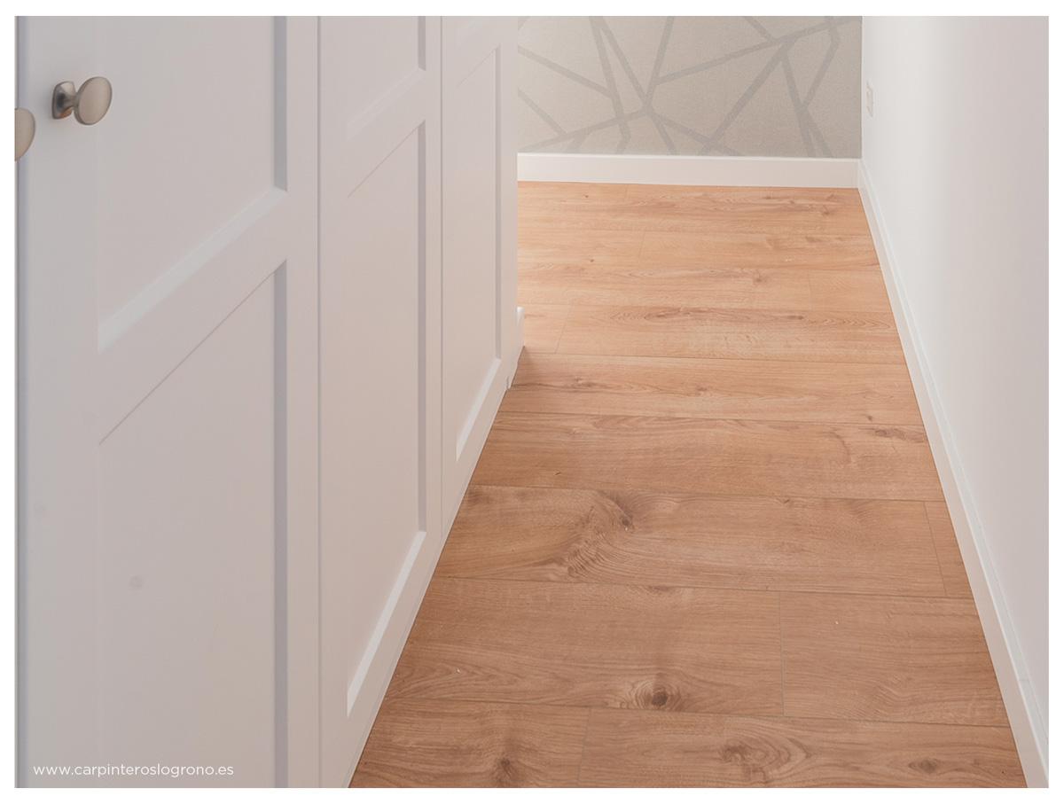 Detalle de las puertas de armario, suelo y rodapies